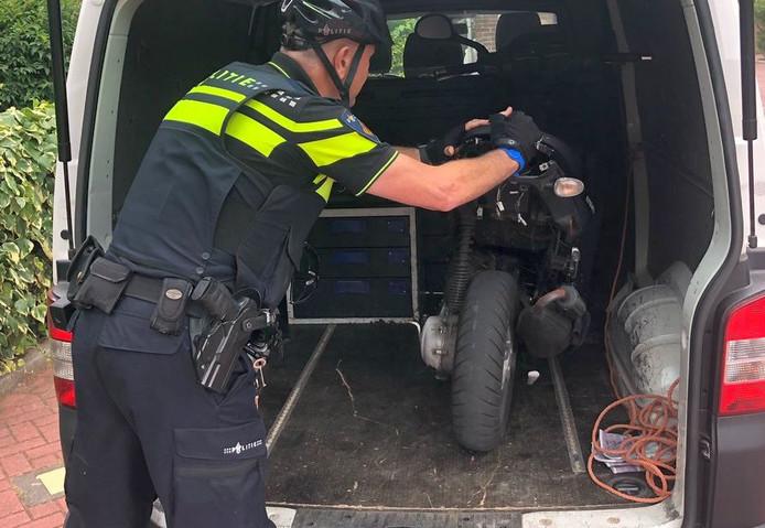 De politie neemt de overlastgevende scooter in beslag.