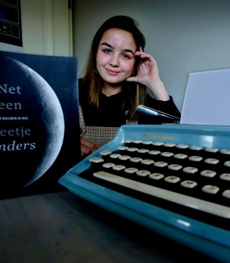 Noor (16) debuteert met dichtbundel 'Net een beetje anders'