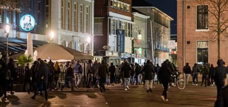 Relschoppers slaan en schoppen persfotograaf in Enschedese binnenstad