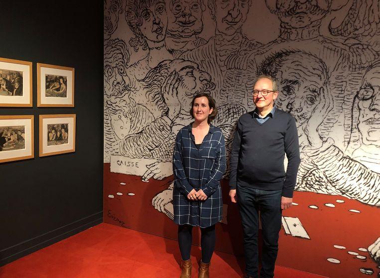 Toekomstig directeur Elke Grommen en huidig directeur Filip Cremers voor een uitvergroting van een kunstwerk van James Ensor.