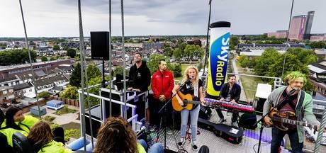 Miss Montreal geeft concert op vijftig meter hoog kraanplatform