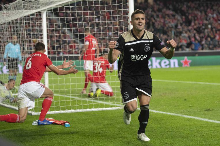 Ajax-spits Dusan Tadic heeft gescoord (1-1). De verdediging van Benfica is ontredderd. Beeld ANP