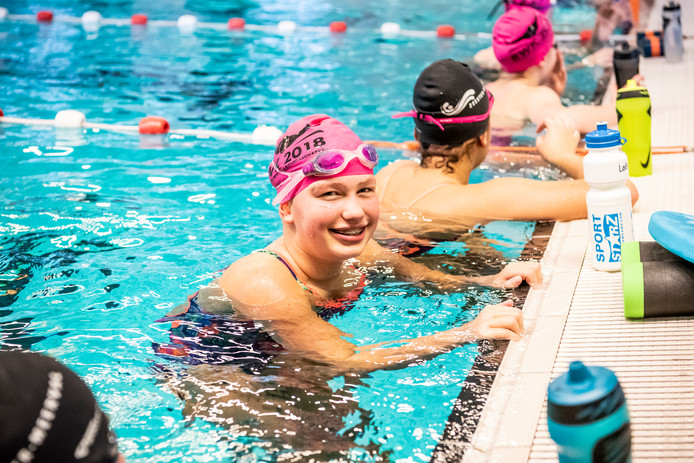 Nek vol eremetaal voor debuterende zwemster 11 uden for Zwembad uden