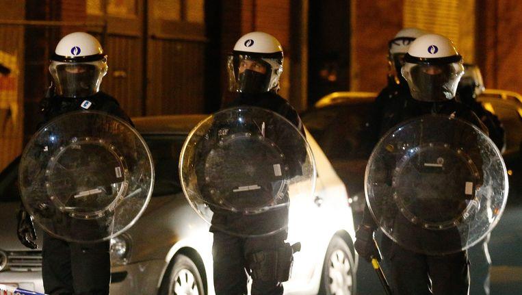 Belgische agenten tijdens de arrestatie van Abdeslam in Molenbeek. Beeld epa
