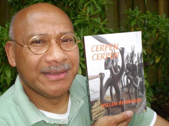 Willem Renwárin met zijn nieuwste boek: 'Cerpen-Cerpen', een bundeling korte verhalen.