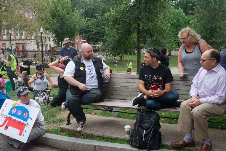 Een T-shirt vol zelfspot: 'Blank, kaal, maar géén nazi'. Beeld ellen kok