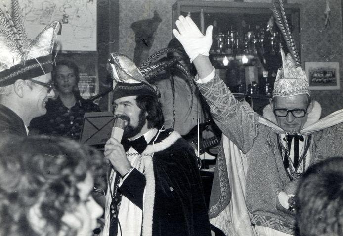 Prins Thom Dissel spreekt begin jaren zeventig zijn Dungens gevolg toe. Dissel is mede-oprichter van Krantentrofee Noord-Brabant.