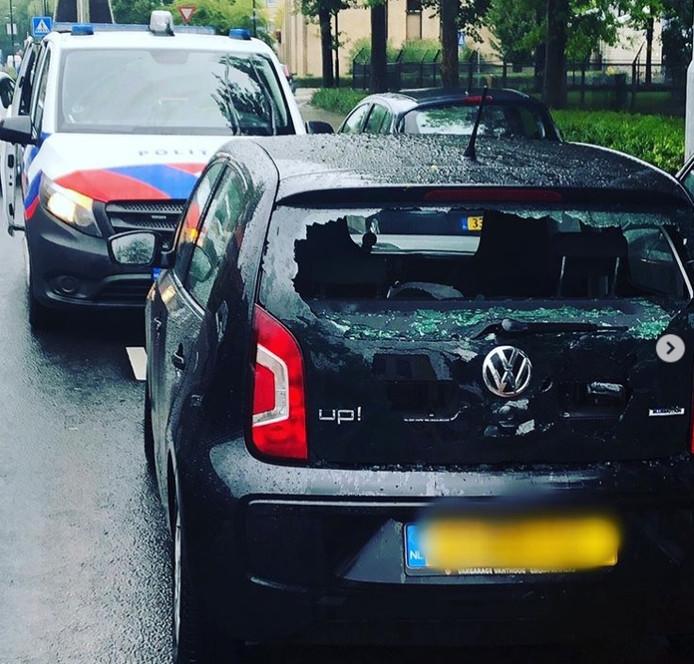 Een jongen reed tijdens een hevige regenbui tegen de auto aan.