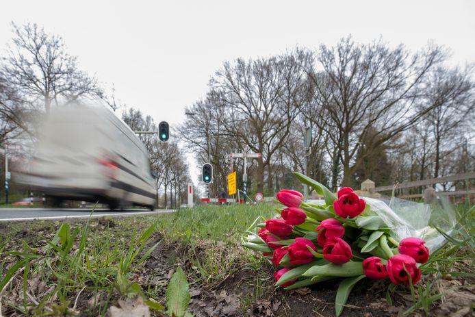 Bloemen voor een fietsster die omkwam bij het oversteken van de N224 bij Landgoed Kernhem.