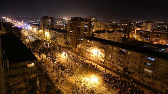 Demonstranten marcheren door het stadscentrum terwijl ze anti-regeringsslogans schreeuwen.