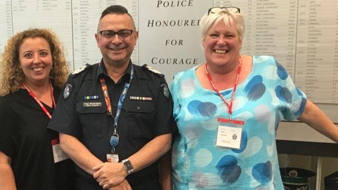 Esther Pullen (links) en Sarah Voss (rechts) delen hun kennis en ervaringen met verwarde mensen met de Australische politie.