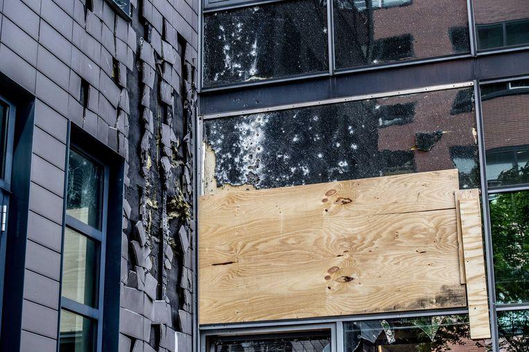 Kogelgaten in een raam van een kantoorpand waar onder andere Panorama zetelt. Het is beschoten met een antitankwapen. Beeld ANP