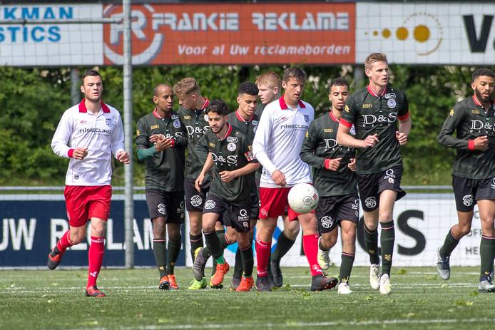 Yarick Dorst (links) speelt dinsdag 6 augustus met Barendrecht in Bruinisse tegen VC Vlissingen.