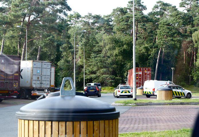 Politie en douane voerden vanavond een controle uit bij een vrachtwagen in Wezep.