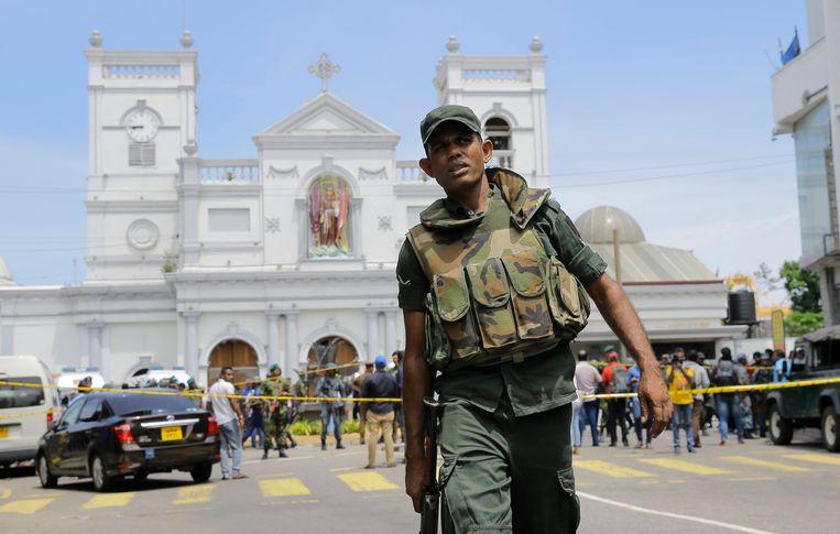 Een Srilankaanse soldaat op straat in Colombo na de aanslagen van zondag. Beeld AP