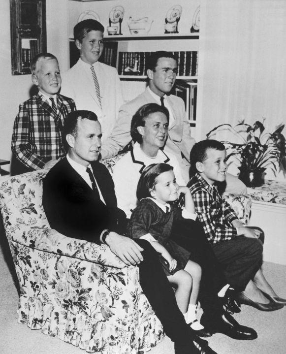 Het gezin Bush, met de vijf kinderen in 1964. Vier jongens en een meisje. Het zesde kindje Robin was toen al overleden.