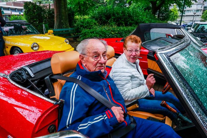 Meneer Jacobs met zijn dochter Irma tijdens cabriotocht in Geldrop.