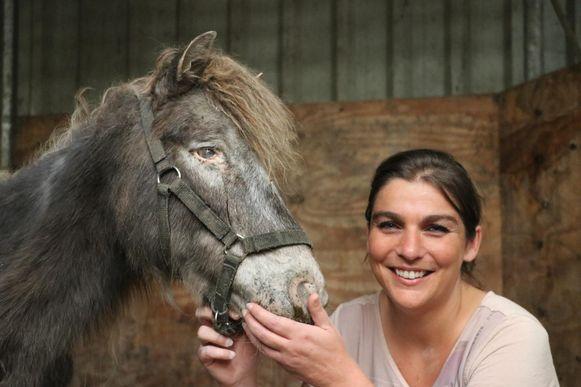 Caroline Kennes bij een van de pony's.