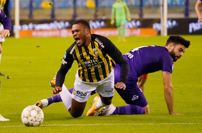 Vitesse is in de transferwindow vooral de huurmarkt opgegaan. Zo wordt Loïs Openda (geel-zwart shirt) voor een seizoen geleend van Club Brugge.