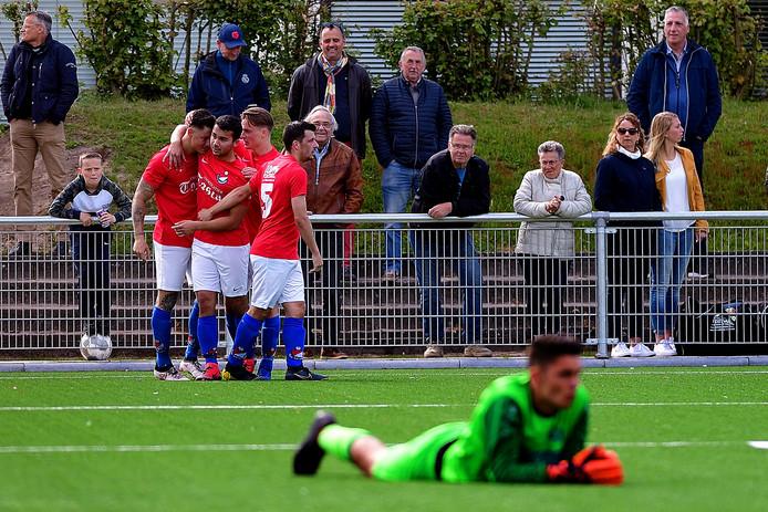 Wesley van Zundert (uiterst links) heeft zijn Roosendaal op 3-1 gezet tegen HVV'24. De Roosendalers hebben daarmee de titel officieus binnen, volgende week volgt naar alle waarschijnlijkheid de afronding tegen VVR.