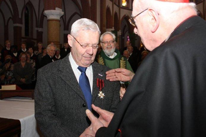 Christ van Wezel ontvangt zijn onderscheiding.