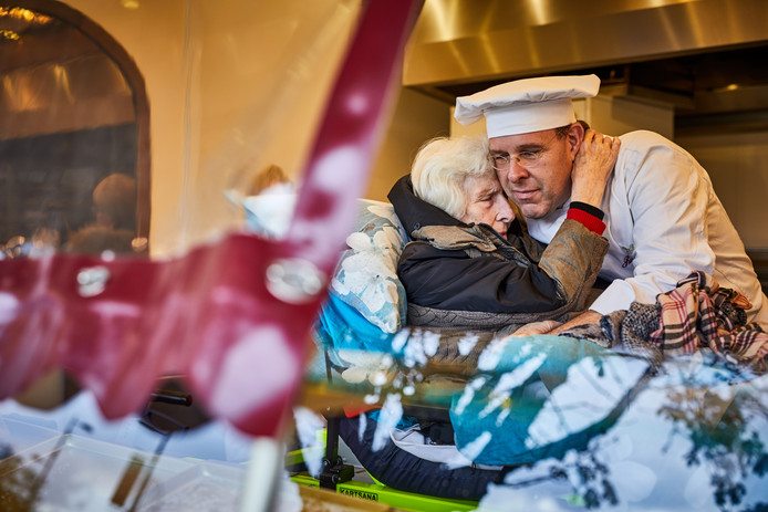 De moeder van Oliebollenbakker Richard Visser tijdens haar laatste wens om nog één keer bij de kraam te kijken die ze ooit zelf begonnen is.