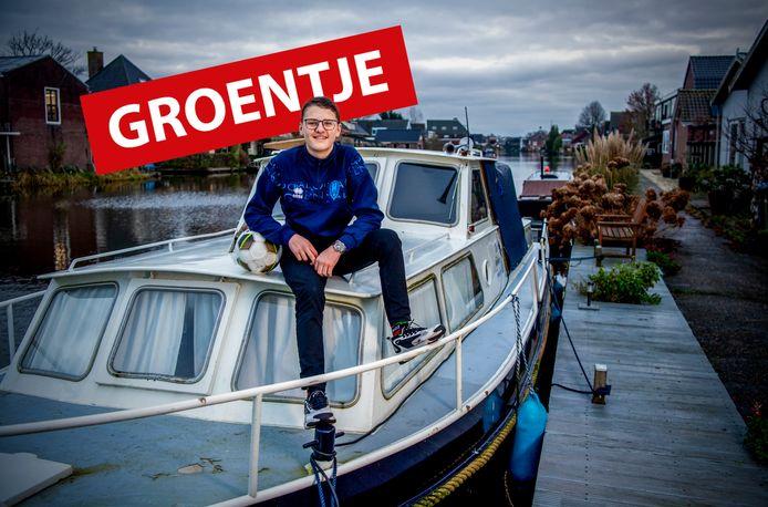Daan van Wissen uit Nieuwerbrug bij zijn boot.