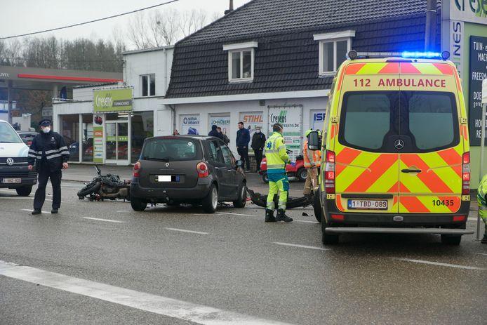 De motorrijder botste op een auto bij een inhaalmanoeuvre en stierf ter plekke.