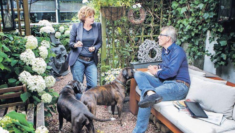 Marina van der Wal en Gideon de Haan. 'We wilden iets nieuws groot brengen, een startpunt creëren. Dat is de reden dat we nu twee honden hebben.' Beeld Jörgen Caris