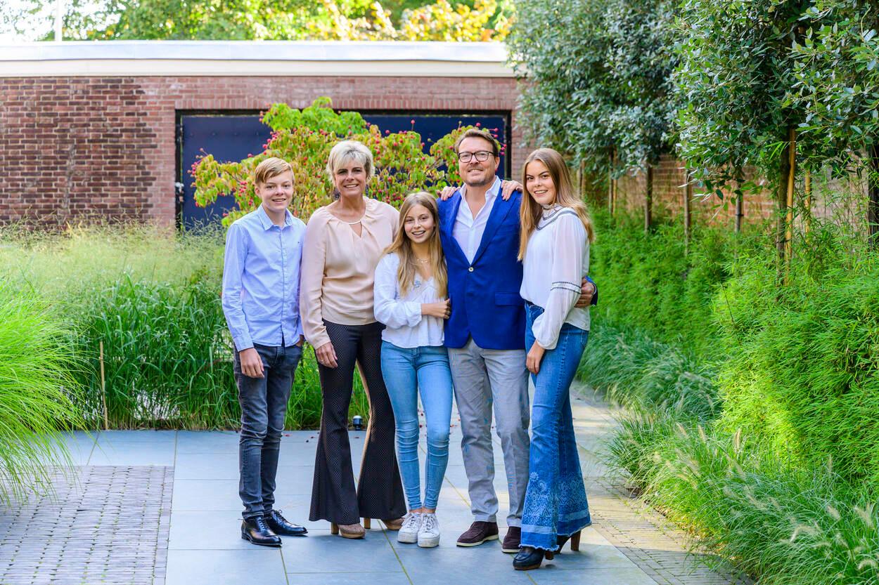 Gravin Eloise (uiterst rechts) met haar ouders, broertje Claus-Casimir en zusje Leonore.