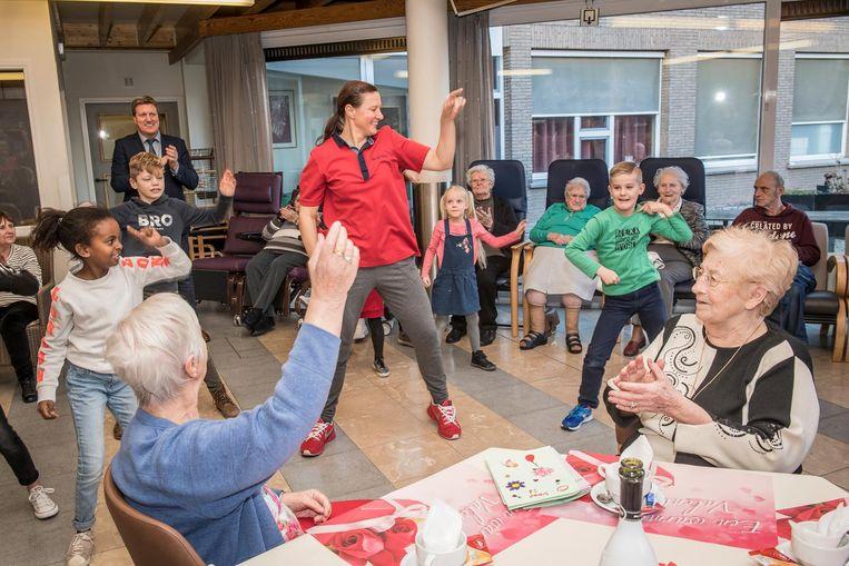New Kinderopvang entertaint senioren, senioren entertainen kinderen &YT24