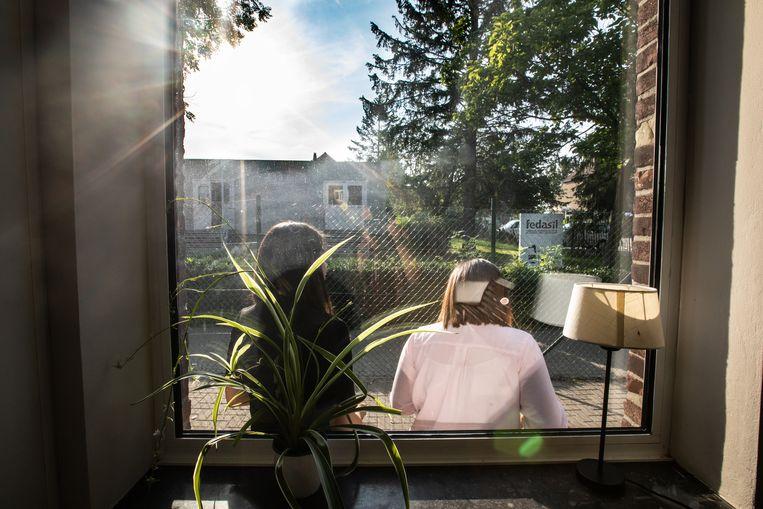 Grabrielle en Maria  verblijven bij Fedasil in Sint-Truiden: Ze hielden op onze vraag  een dagboek bij, maar wilden niet herkenbaar op de foto.