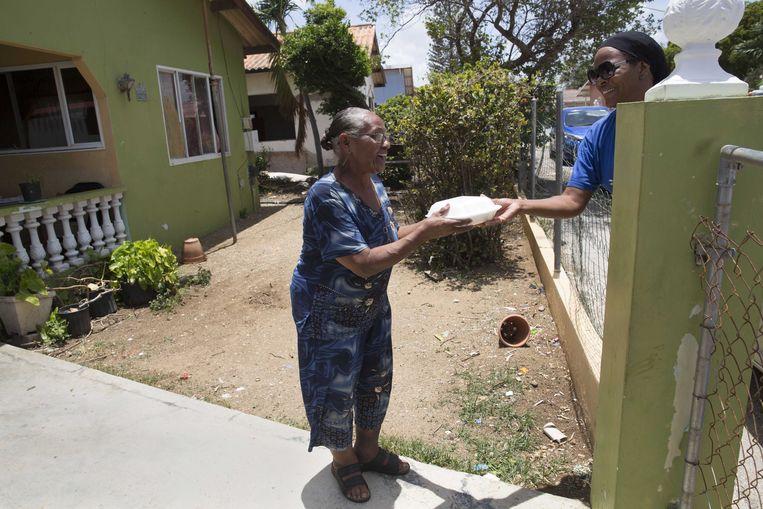 Het Rode Kruis verzorgt samen met Stichting Help Curaçao warme maaltijden voor mensen die getroffen zijn door de coronacrisis op het eiland. Een groot deel van de eilandbewoners is zijn hun baan kwijtgeraakt nu er veel minder toeristen naar Curacao gaan.  Beeld ANP