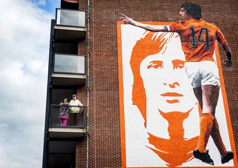 Burgemeester Eberhard van der Laan onthulde in mei 2017 samen met vertegenwoordigers van de Cruyff Legacy in Betondorp een muurschildering van Johan Cruijff. De muurschildering werd aangebracht op het terrein van het oude Ajax-stadion en is een eerbetoon aan Johan Cruijff en zijn gedachtegoed. Beeld anp