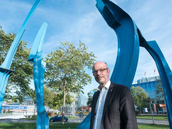 Ex-wethouder Leo Maat bij het omstreden kunstwerk op de rotonde van het Raoul Wallenbergplein.
