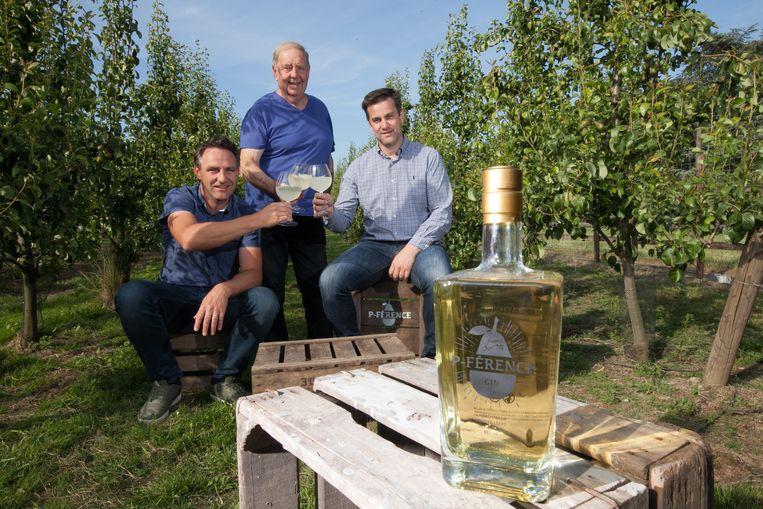 Vlnr.: Peter Driesen, schoonvader Paul Koekelbergh en Edwig Lavigne in de perenplantage. Ze klinken met een stevig glas perengin.