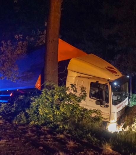 Vrachtwagenchauffeur ramt boom in Valkenswaard en raakt gewond