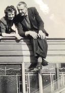 Vader en moeder Van der Heijden bovenop de lichtkoepel, voordat een granaatinslag in 1944 de koepel ernstig beschadigde.