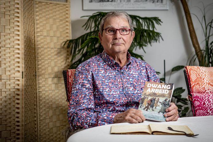 Tony Jochem, zoon van een Oldenzaalse dwangarbeider de Tweede Wereldoorlog, met het boek Dwangarbeider dat hij schreef aan de hand van het dagboek dat zijn vader bijhield en voor hem op tafel ligt.