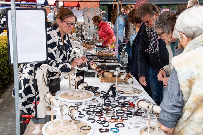 De editie van 2019 van de Kunstmarkt bij het Kulturhus Hasselo.