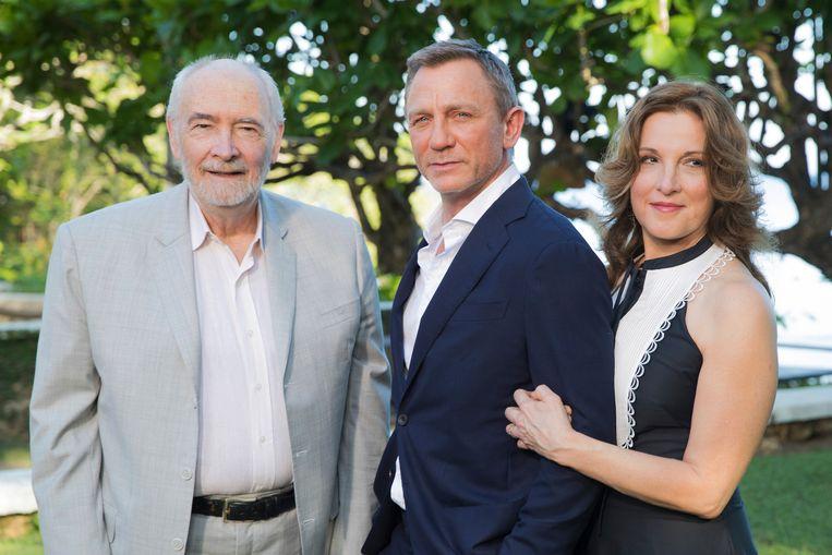 Michael G. Wilson (links) en Barbara Broccoli (rechts) poseren samen met acteur Daniel Craig (midden).