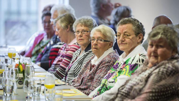 Gasten tijdens een door Shell en het Ouderenfonds in het kader van NLdoet georganiseerd diner voor ouderen in het bedrijfsrestaurant van Shell in Den Haag. Beeld anp