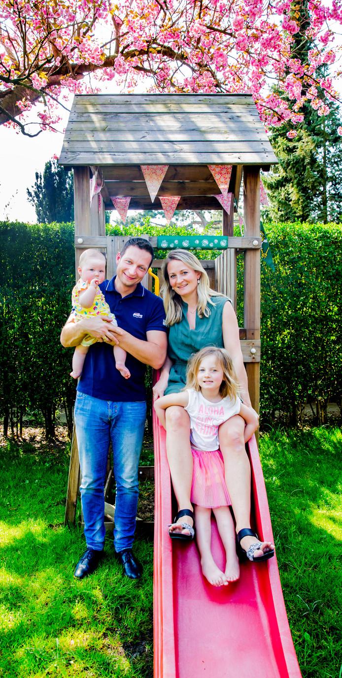 Alfke en Wim met dochters Livia (4) en Felise (7 maanden)
