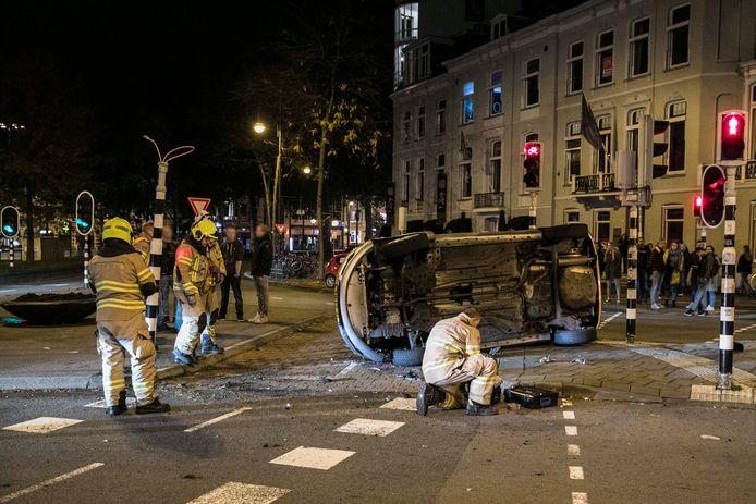 De auto met vier inzittenden kwam bij het ongeluk op het Willemsplein in Arnhem op zijn zijkant terecht.