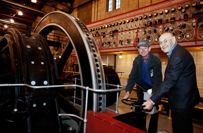 Johnny Beterams (links) en Jan de Feijter zetten de stoommachine in werking.