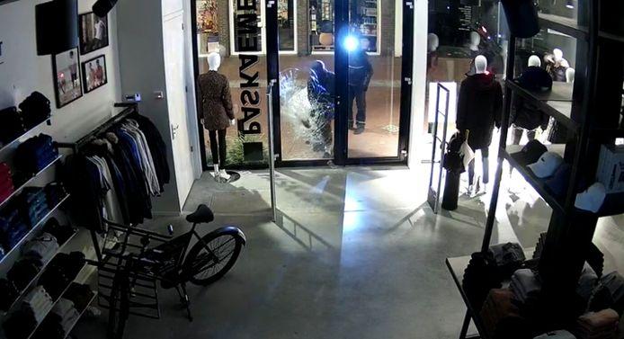 Rond 03.35 ziet het echtpaar Beenakkers live hoe er wordt ingebroken in hun winkel aan de Kerkstraat in Oosterhout.