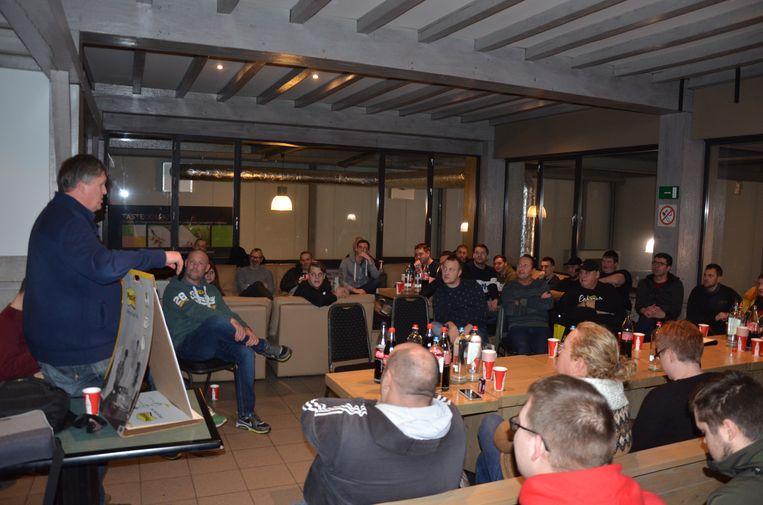 Lieven Hérie van #wijzijnlokeren nodigde de aanwezige fans uit om mee na te denken over een nieuwe supportersactie.