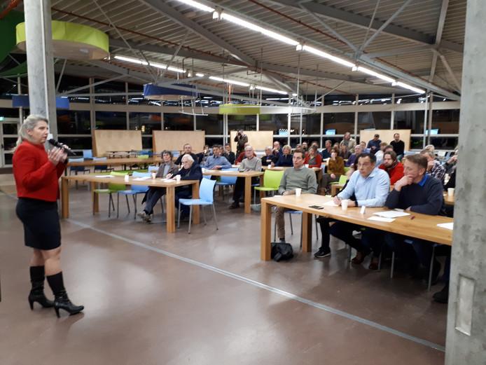 Wethouder Gea Hofstede (PvdA) spreekt de aanwezigen van de inspraakavond toe.
