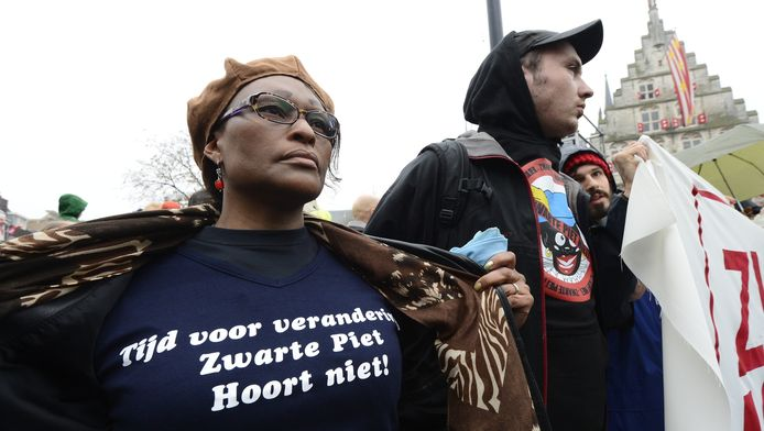 Demonstranten bij de intocht van Sinterklaas vorig jaar in Gouda