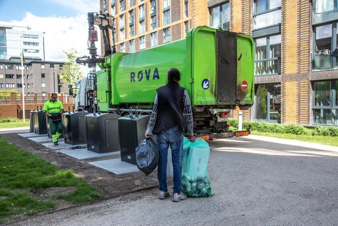 Restafvalcontainers worden geleegd in Zwolle.